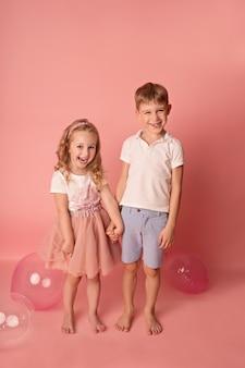 幸せな子供の女の子と男の子の風船。お祝い。誕生日会