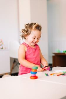 Счастливый ребенок девочка рисует цветными карандашами