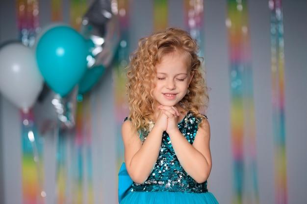 우아한 드레스에 행복 한 아이 소녀