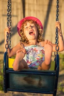 Счастливый ребенок, весело проводящий время на открытом воздухе в летнем парке