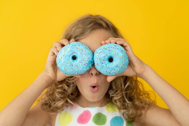 윤기 나는 도넛을 들고 행복 한 아이