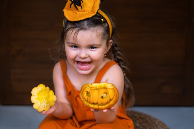 手にハロウィーンの装飾ジャック-o-ランタンを保持している幸せな子供
