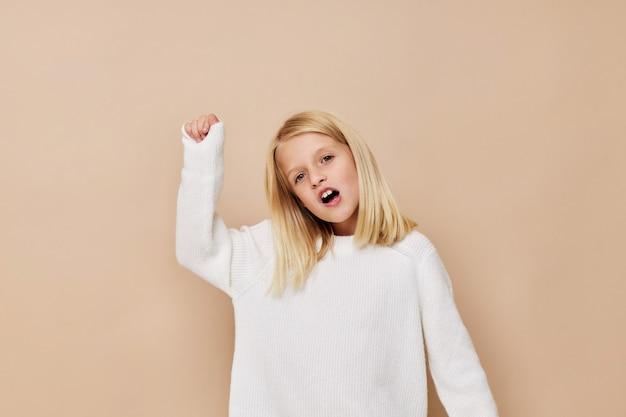 セーターの幸せな子供は子供のライフスタイルの概念をしかめっ面