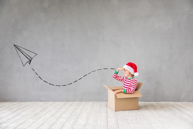 크리스마스 시간에 행복 한 아이입니다. 집에서 놀고 재미있는 아이