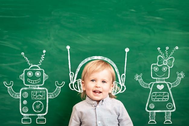 クラスの幸せな子。黒板に対して面白い子供。学校に戻る。教育の概念