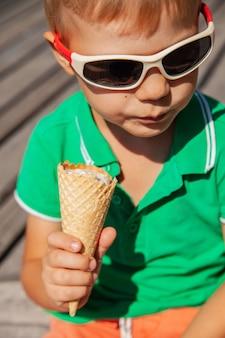 アイスクリームコーンとサングラスで幸せな子