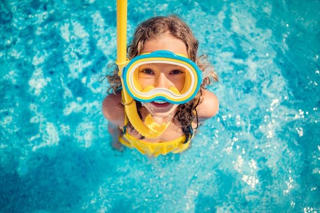 Счастливый ребенок в бассейне. портрет вид сверху