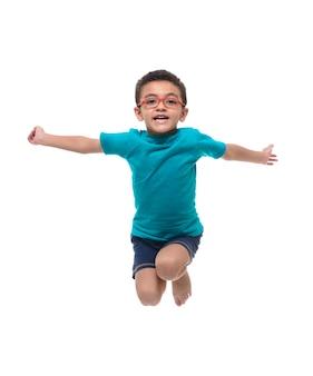 空中でジャンプする幸せな子