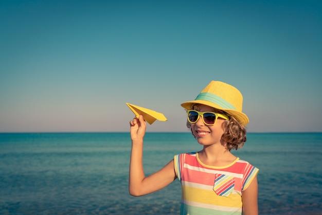 해변에서 행복 한 아이 아이 여름 휴가에 재미 건강한 활동적인 라이프 스타일 개념