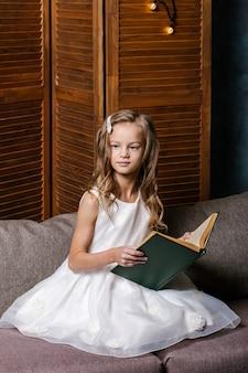Счастливый ребенок, открывая рождественскую книгу. рождественский праздник концепция