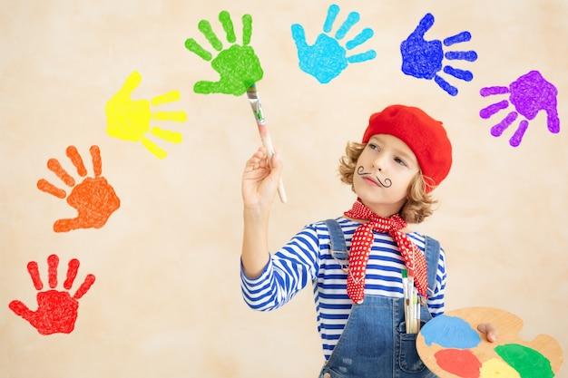家で虹を描く幸せな子。
