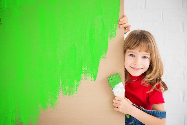 골판지에 행복 한 아이 그림 재활용 기호 집에서 놀고 재미 있은 소녀 봄 혁신