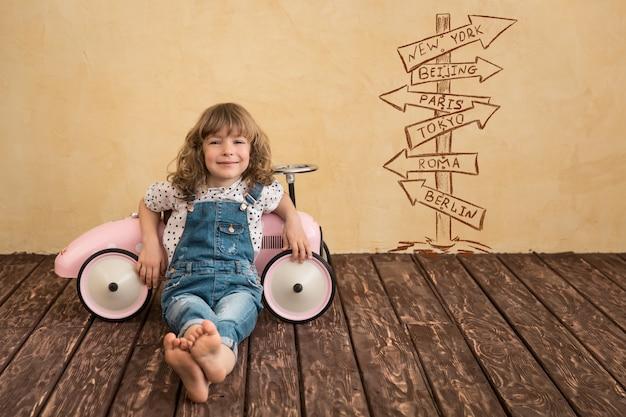 집에서 놀고 행복 한 아이입니다. 자동차 여행. 여름 휴가 및 여행 개념