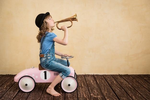 집에서 노는 행복한 아이. 자동차 여행. 여름 휴가 및 여행 개념