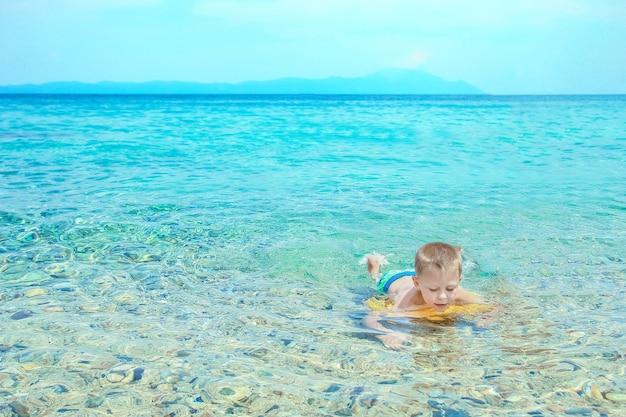 공원에서 바다에서 노는 행복 한 아이