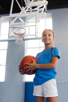 バスケットボールをしている幸せな子