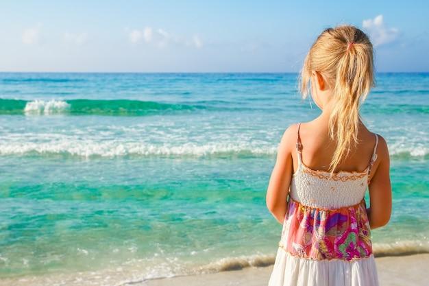 바다 야외에서 노는 행복 한 아이