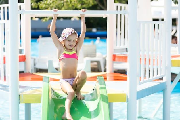 Счастливый ребенок, играя в бассейне. концепция летних каникул.