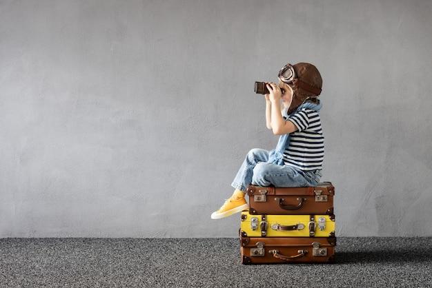 야외 연주 행복 한 아이입니다. 여름 휴가 및 여행에 대한 꿈을 꾸고 웃는 아이. 상상력과 자유 개념