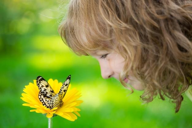 야외에서 나비와 함께 연주 행복 한 아이 아이 봄 공원에서 재미