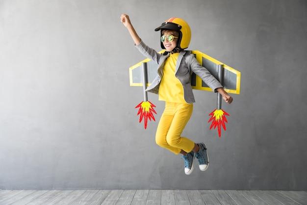 おもちゃのジェットパックで遊ぶ幸せな子供