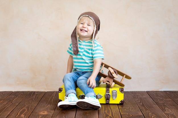 빈티지 나무 비행기를 가지고 노는 행복 한 아이