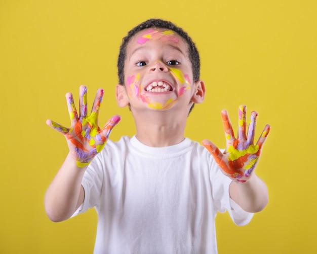 뻗은 및 그려진 손을 보여주는 행복 한 아이
