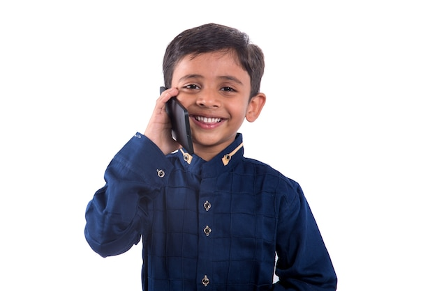 Счастливый ребенок с помощью мобильного телефона.