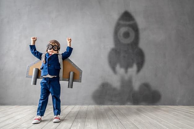 행복한 아이가 날고 싶어합니다. 재미 있은 아이는 로켓이되는 꿈.