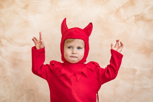 Счастливый ребенок в костюме хэллоуина