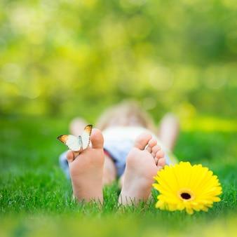 야외에서 나비와 함께 행복 한 아이 아이 녹색 배경을 흐리게 봄 공원에서 재미