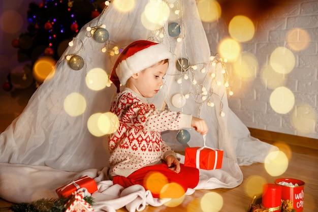 Счастливый ребенок с рождественской подарочной коробкой ребенок с рождественским подарком