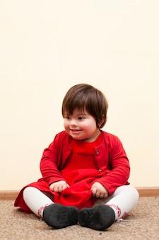 Счастливый ребенок с синдромом дауна