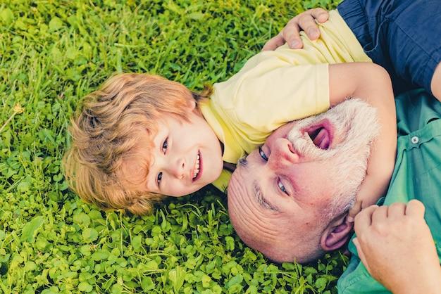 야외에서 노는 할아버지와 행복 한 아이