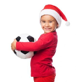 Bambino felice con il suo pallone da calcio