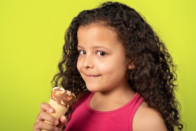 녹색 테이블, 선택적 포커스와 아이스크림 콘과 함께 행복 한 아이.