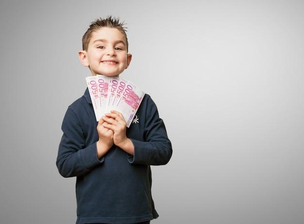 Bambino felice con denaro
