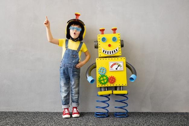 Счастливый ребенок с игрушечным роботом