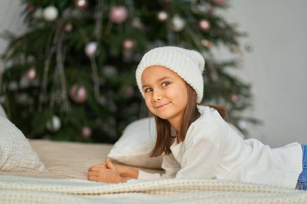 幸せな子供時代、クリスマスの魔法のおとぎ話。クリスマスとホリデーギフトを待っている少女。