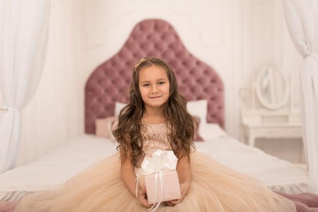 Счастливое детство, волшебная новогодняя сказка. маленькая принцесса с подарком санты на рождество.