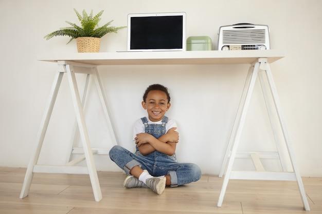 Счастливое детство, положительные человеческие эмоции и концепция радости.