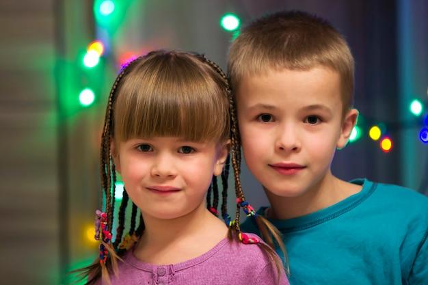 幸せな子供の男の子と女の子が一緒に。家族写真。