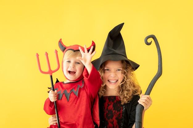 幸せな子供たちはハロウィーンの衣装を着た