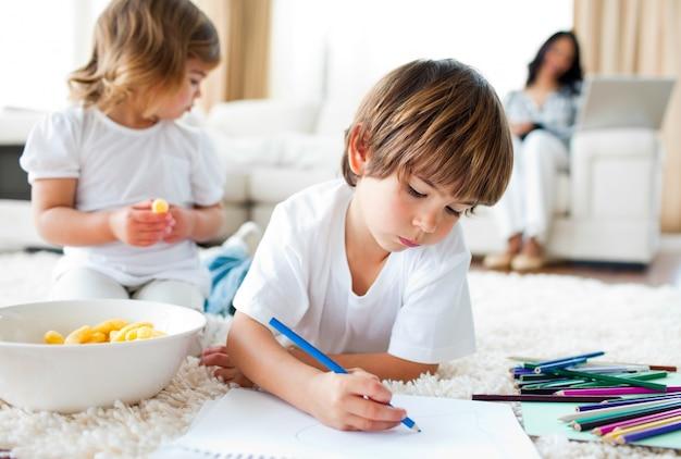 幸せな子供たちがチップを食べて描く