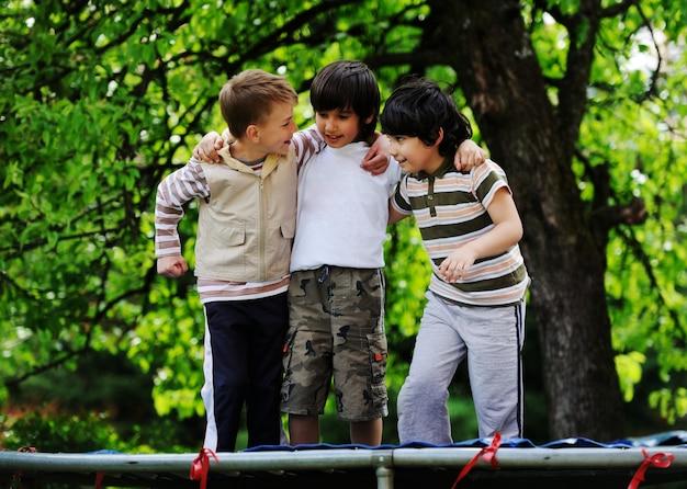 Счастливые дети, наслаждающиеся детством на батуте
