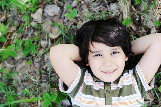 子供時代を楽しむ幸せな子供たち