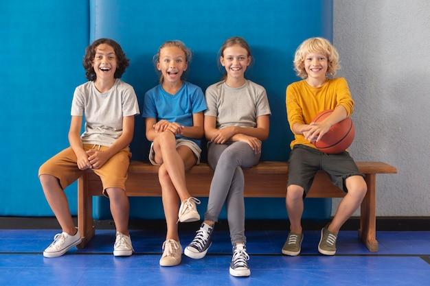 Счастливые дети, наслаждаясь уроками физкультуры