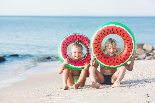 Счастливые дети веселятся на пляже. активные дети на летнем фоне.