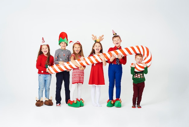 Счастливые дети, держащие огромную конфету