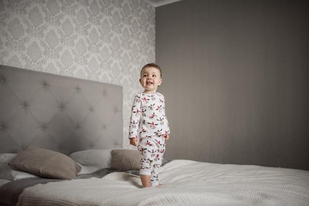 寝室で幸せな子供たち